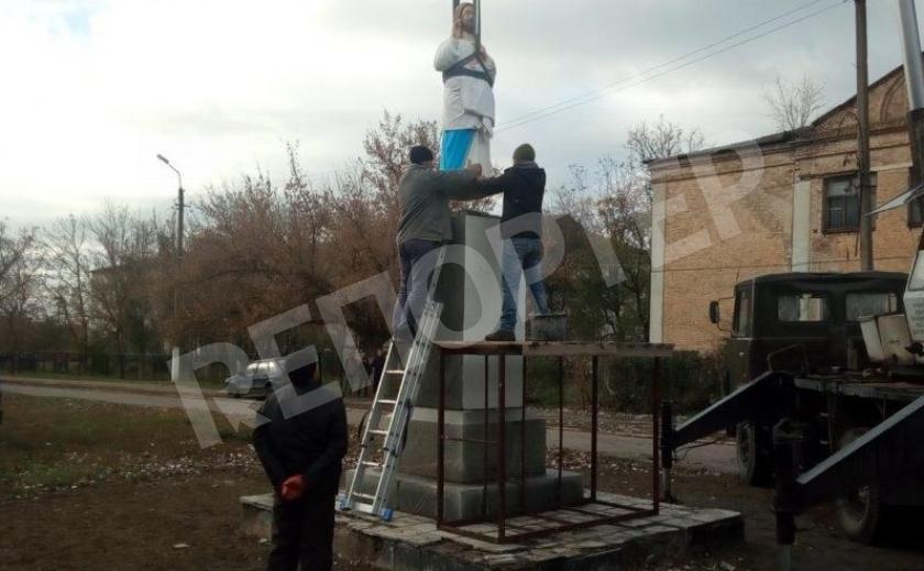 Под Запорожьем ПЦУ установила памятник Иисусу там, где ранее был Ленин
