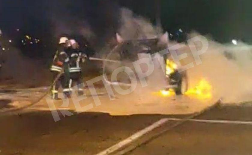 В Запорожье горящие машины тушили 16 пожарных