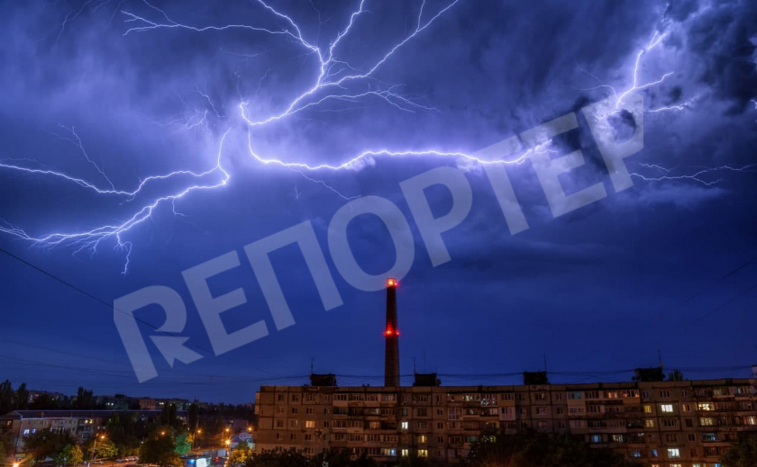 Запорожский фотограф поймал редкий кадр с множеством молний ФОТО