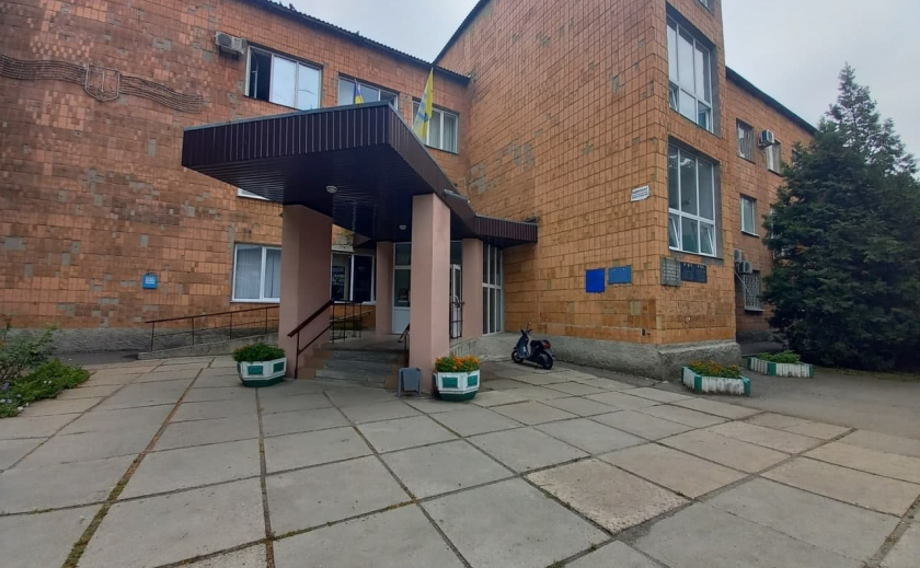 В Вольнянский райсуд Запорожской области не могут попасть люди с инвалидностью, а осужденных выводят рядом с многоэтажкой