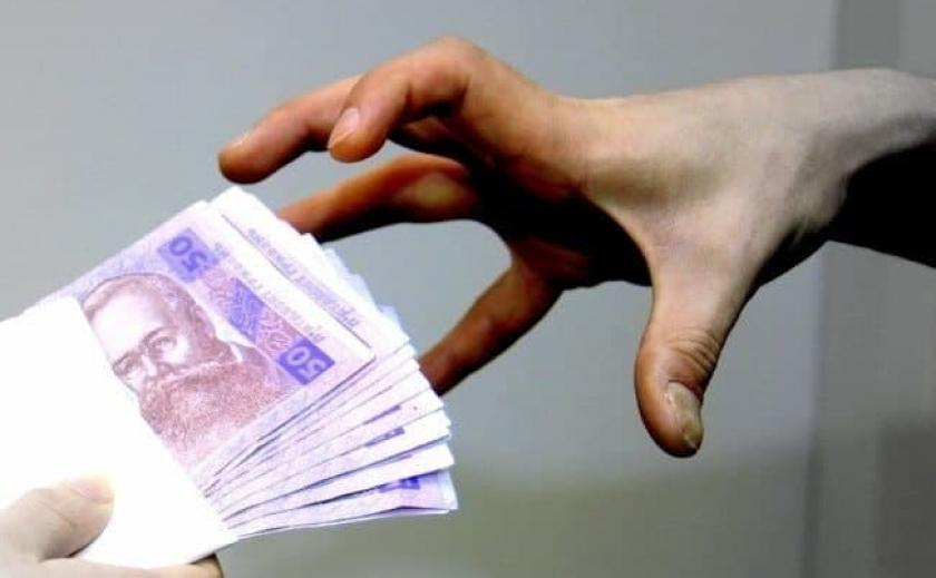 В Запорожской области сельский голова незаконно начислял зарплату «попереднику»