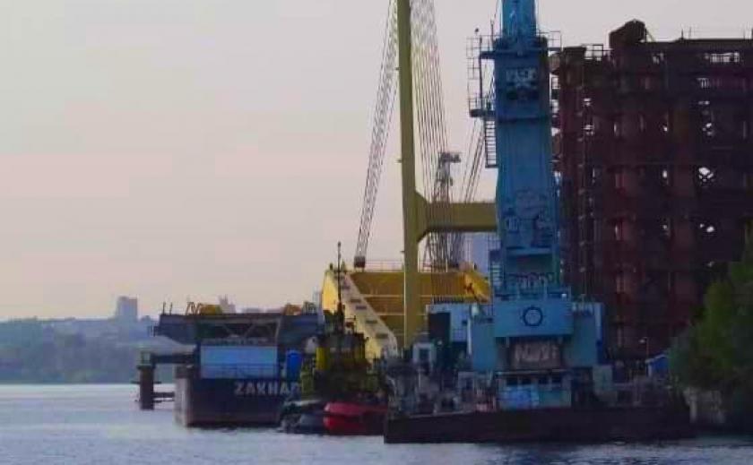 Плавучий кран «Захарий» вернулся в Запорожье с усиленным днищем