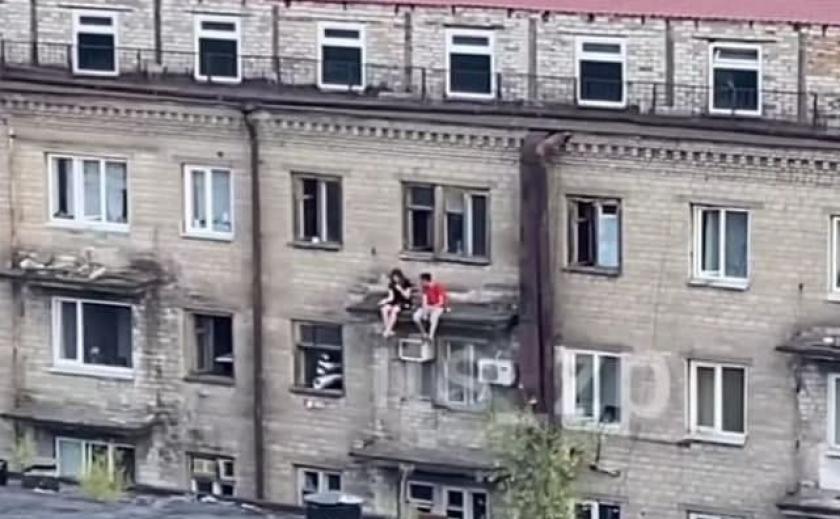 Опасные игры: в Запорожье подростки «облюбовали» аварийное здание