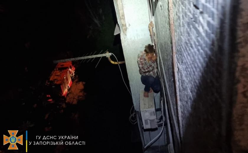В Запорожье спасатели сняли мужчину с кондиционера на 5-м этаже
