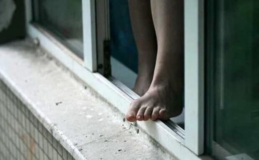 Детский суицид: в Запорожье 14-летняя девушка выпрыгнула из окна