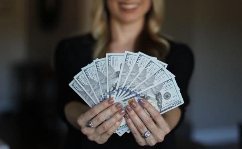 За 134 тыс. грн: в Запорожье чиновник исполнительной службы сделал своей подчиненной незаконное предложение
