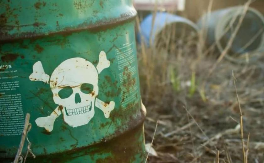 В Запорожской области обнаружили таинственный полигон с химическими отходами, которые стекают в реку