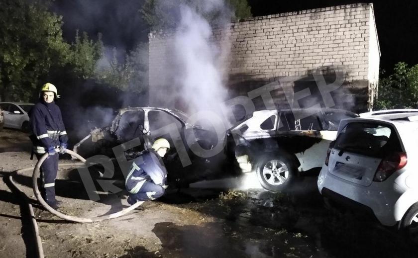 Поджог? На запорожской стоянке сгорели два авто